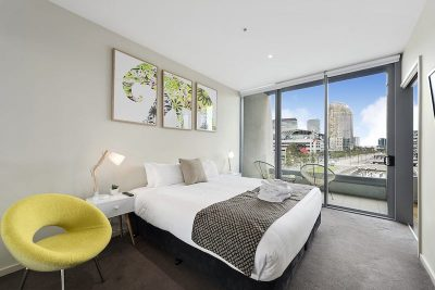 Queen bedded room with city views
